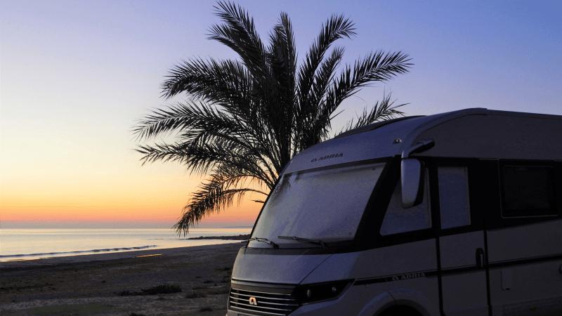 ARUNA autocaravanas. Recorriendo la costa de Alicante. Amanecer en el Faro de Santa Pola. Viajando en autocaravana por España.