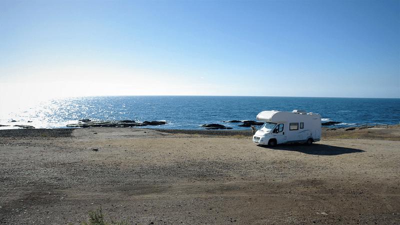 ARUNA , autocaravana aparcada en la playa de las Palmeras en Almería, viajando en autocaravana por España.